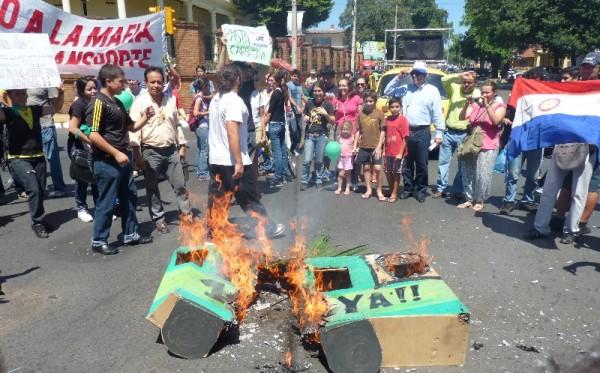 Los manifestantes queman simbólicamente una pancarta. Foto: Magalí Casartelli